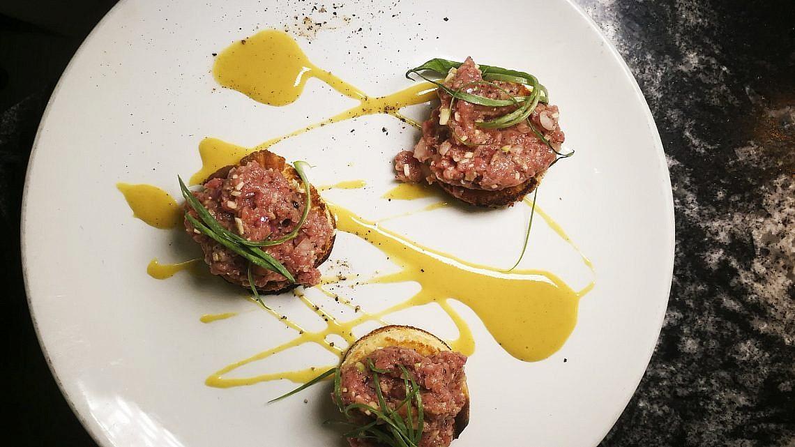 קובנייה טרטר בקר ערבי של שף תומר אגאי. צילום: יפית שמחה