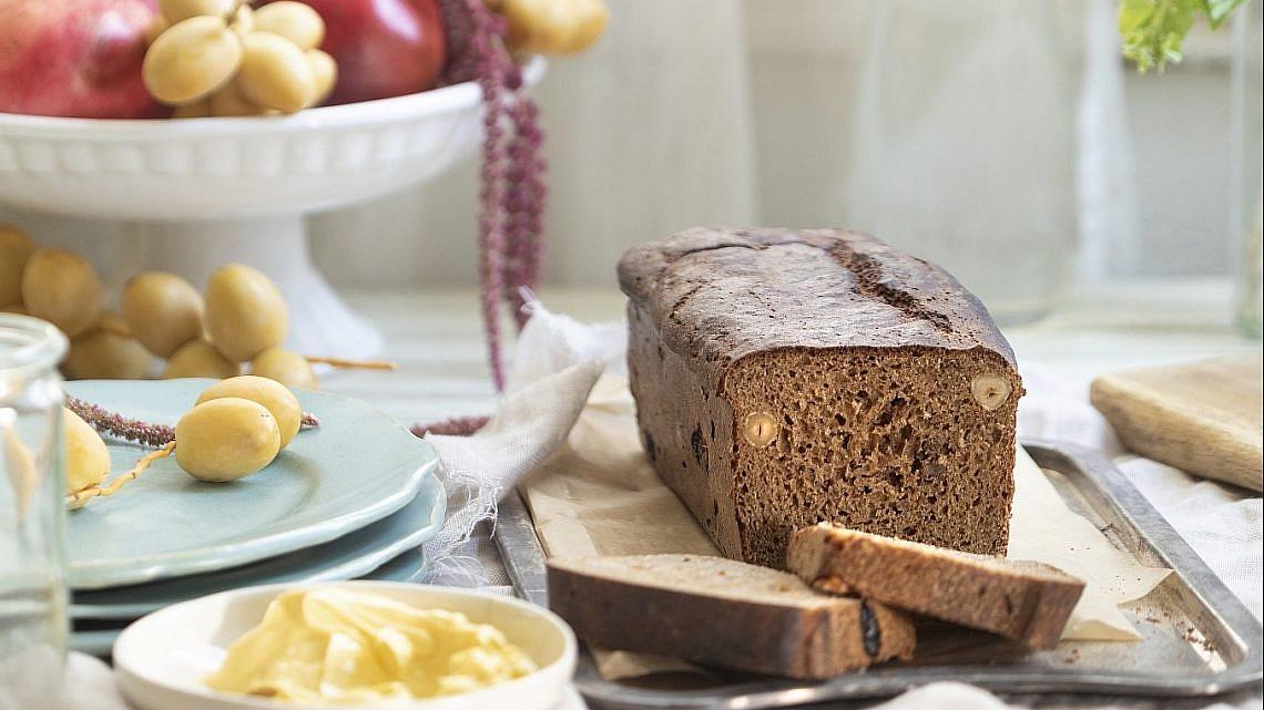 לחם כוסמין ופירות יבשים של קרן ויעל סלע-גפן. צילום: דניאל לילה. סטיילינג: דיאנה לינדר