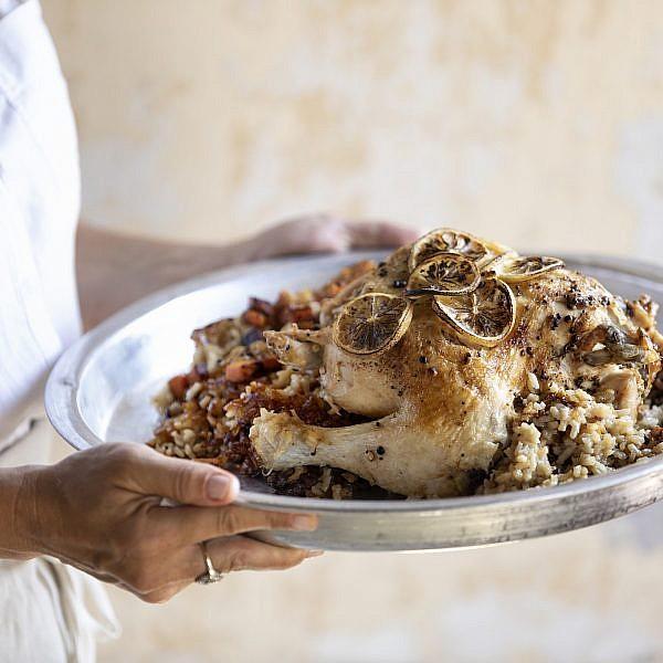 עוף צלוי עם אורז, דלעת ותמרים של קרן ויעל סלע-גפן. צילום: דניאל לילה. סטיילינג: דיאנה לינדר