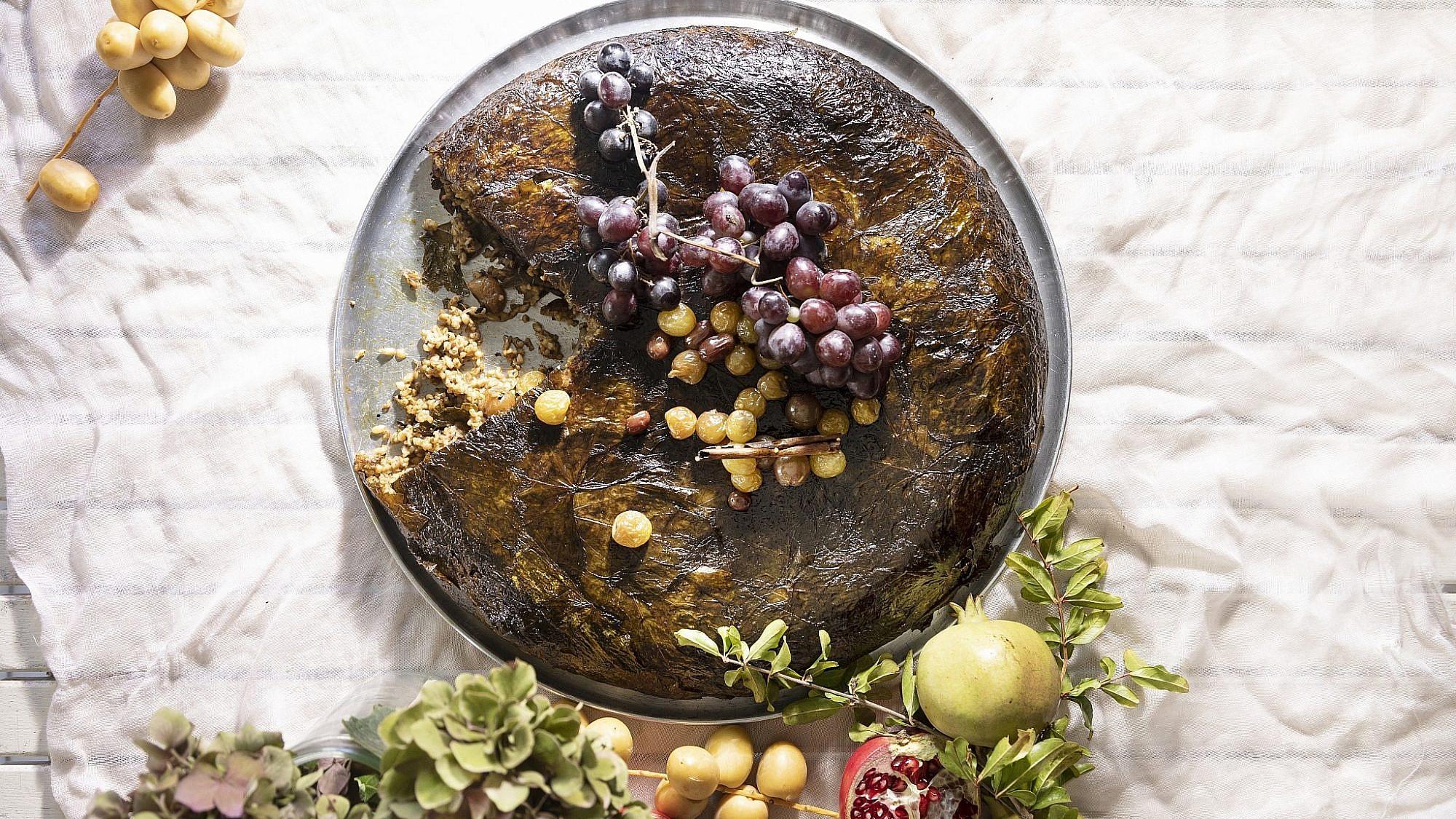 מאפה עלי גפן, פריקה וענבים כבושים של קרן ויעל סלע-גפן. צילום: דניאל לילה. סטיילינג: דיאנה לינדר
