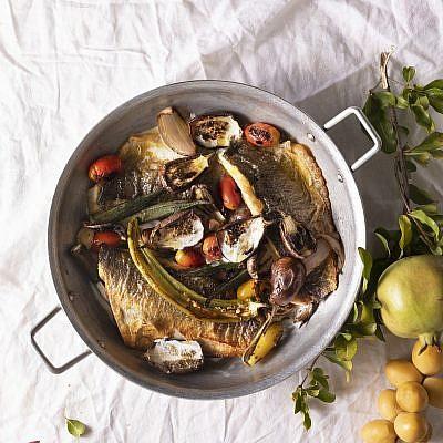 מחבת דגים וירקות צרובים ביוגורט של קרן ויעל סלע-גפן. צילום: דניאל לילה. סטיילינג: דיאנה לינדר