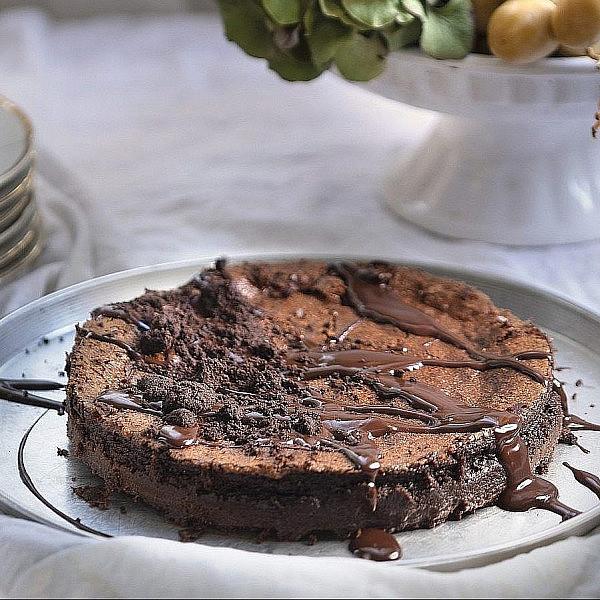 נמסיס שוקולד עם קראמבל קקאו וגנאש קפה של קרן ויעל סלע-גפן. צילום: דניאל לילה. סטיילינג: דיאנה לינדר