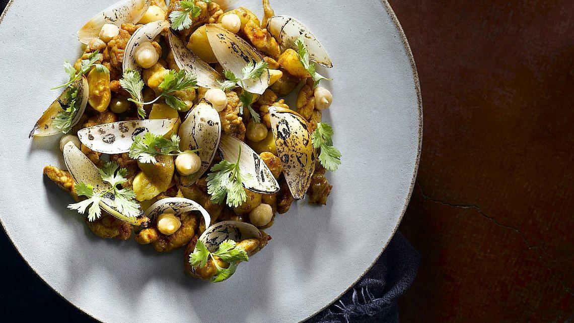 תבשיל שקדי טלה בתערובת תבלינים מרוקאית ובצלים שרופים של שף יוסי שטרית. צילום: רונן מנגן. סטיילינג: עמית פרבר
