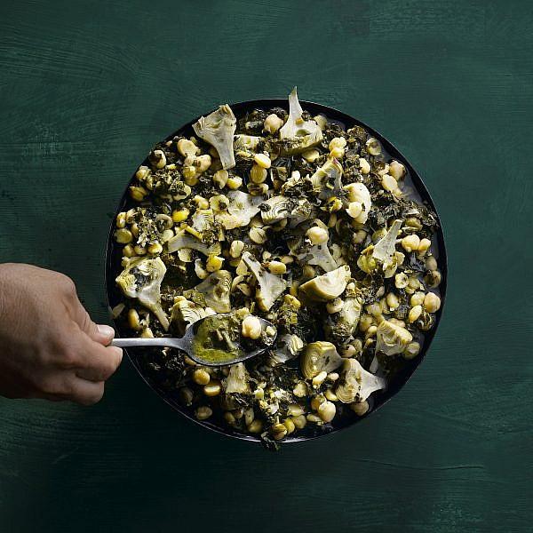 תבשיל חומוס עם ארטישוקים וכרוב שחור של שף רפי כהן. צילום: רונן מנגן. סטיילינג: עמית פרבר