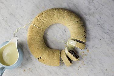 רולדת תמרים עם גנאש שוקולד לבן של מיכל בוטון. צילום: דן לב. סטיילינג: תמי סגל