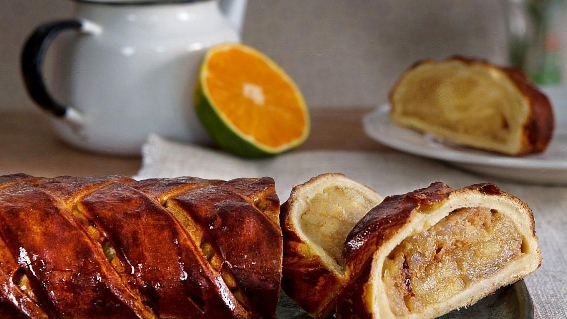 מקלעת פרסבורגר במילוי תפוחים מקורמלים ועוגיות של יובל אלחדף. צילום: שרית גופן. סטיילינג: דלית רוסו