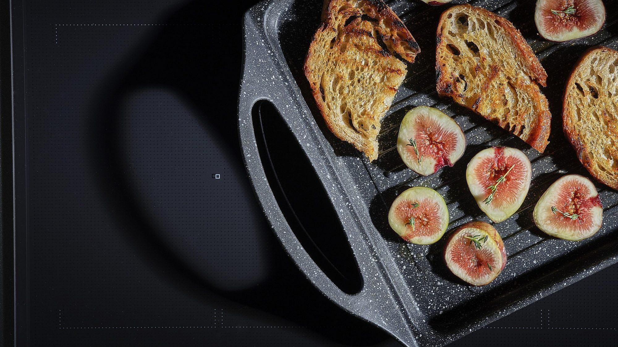 סביצ'ה ותאנים צלויות על ברוסקטה של שף אודי ברקן. צילום: אנטולי מיכאלו. סטיילינג: תמר גוז'ינסקי