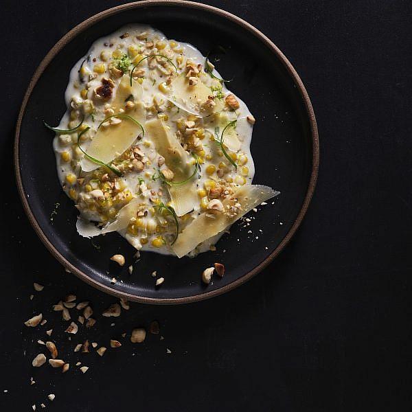 תירס בשמנת עם אגוזי לוז ובצל ירוק של שף אודי ברקן. צילום: אנטולי מיכאלו. סטיילינג: תמר גוז'ינסקי