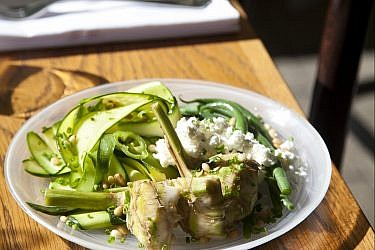 סלט ירוקים עם גבינת המאירי של רועי ענתבי. צילום: דניאל לילה