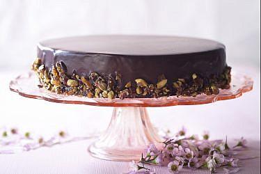עוגת מוס שוקולד עם קרוקנט פיסטוק של מיכל מנדלסון. צילום: דניאל לילה. סגנון: דלית רוסו