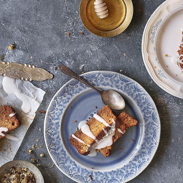 עוגת דבש וציפורן של שף-קונדיטורית הילי גרינברג. צילום: אנטולי מיכאלו. סטיילינג: דינה אוסטרובסקי וירדן יעקובי