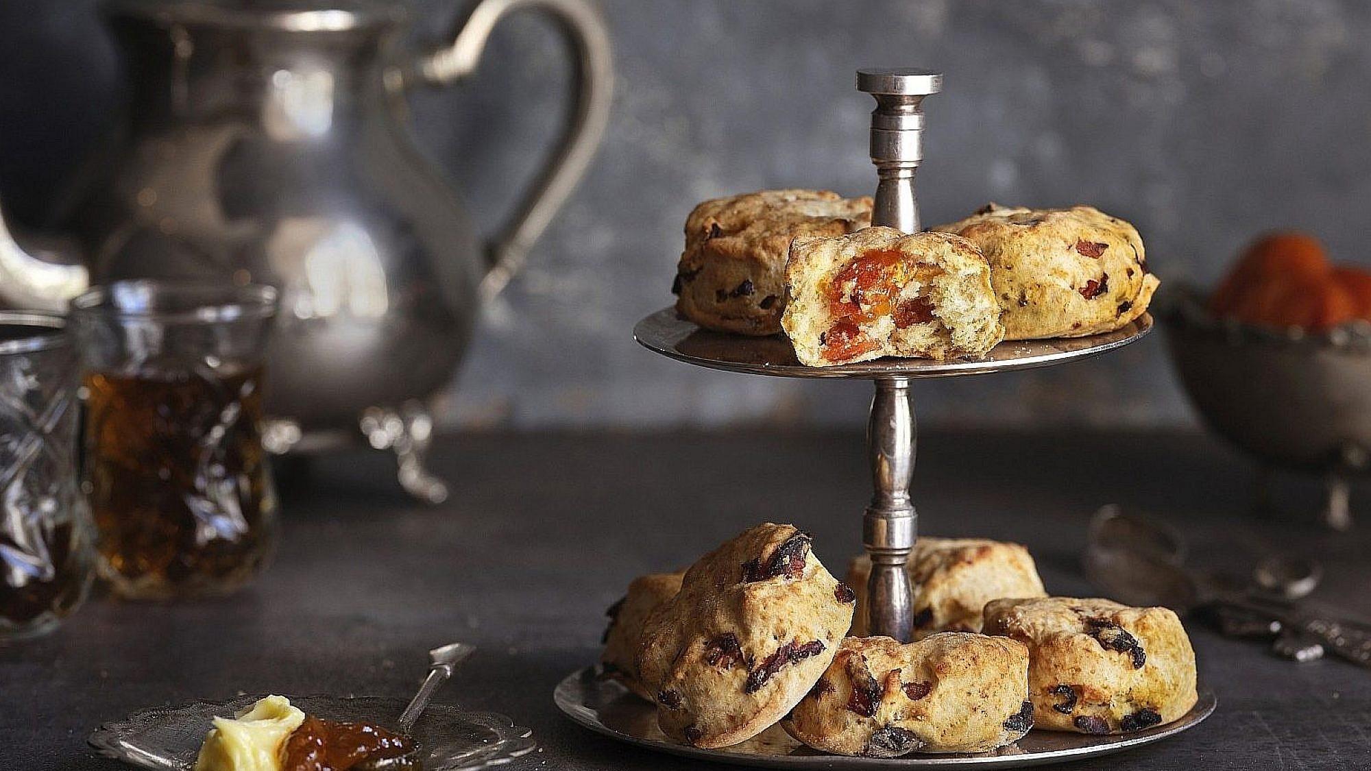 סקונס משמש מיובש או שוקולד של שף-קונדיטורית הילי גרינברג. צילום: אנטולי מיכאלו. סטיילינג: דינה אוסטרובסקי וירדן יעקובי