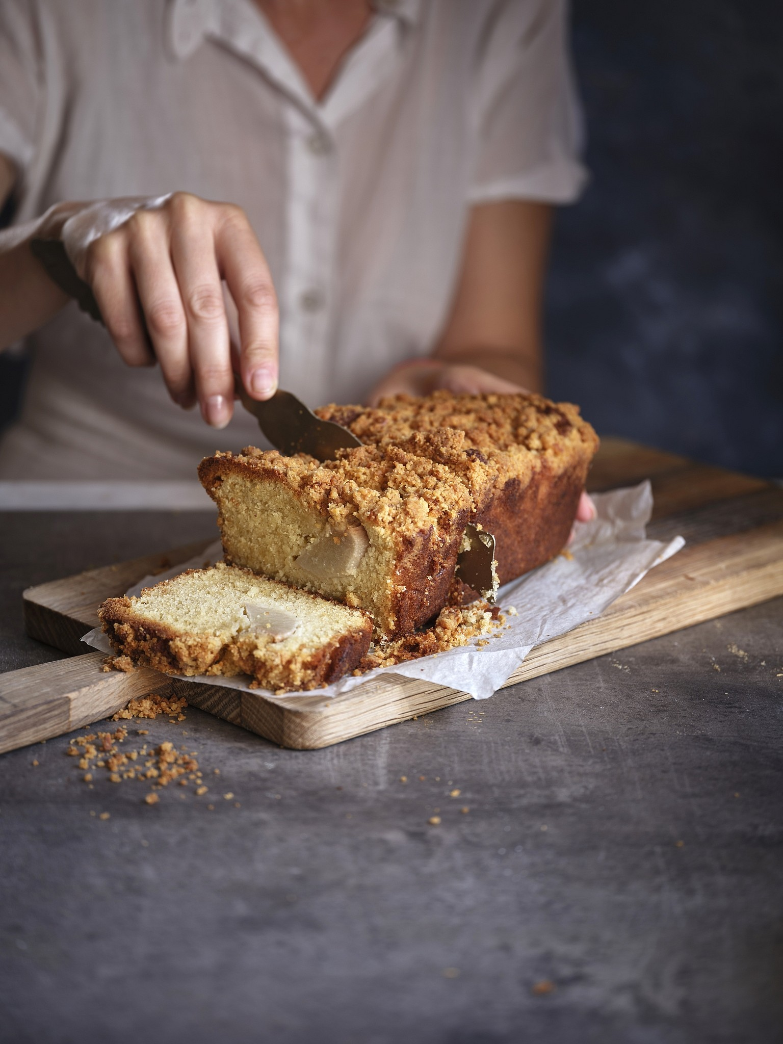 עוגה בחושה של אגסים, מרציפן וקראמבל של שף-קונדיטורית הילי גרינברג. צילום: אנטולי מיכאלו. סטיילינג: דינה אוסטרובסקי וירדן יעקובי