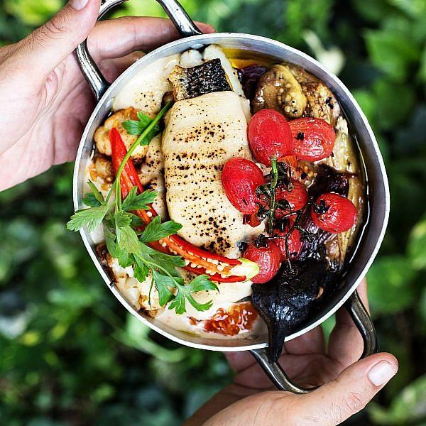 סינייה מוסר ים עם תבשיל עגבניות תמר וירקות צלויים של אמיר כלפון. צילום: שרית גופן. סטיילינג: דלית רוסו