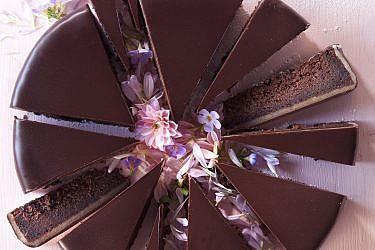 עוגת שוקולד ומרציפן של מיכל מנדלסון. צילום: דניאל לילה. סגנון: דלית רוסו