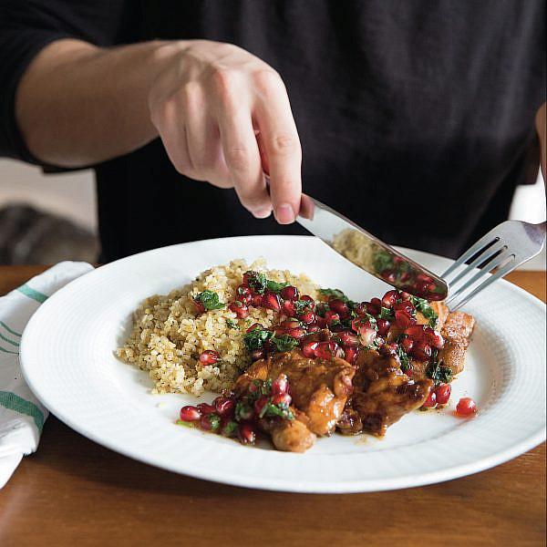עוף עם סלט רימונים ואורז בורגול של אורנה ואלה. מתוך ספר הבישול