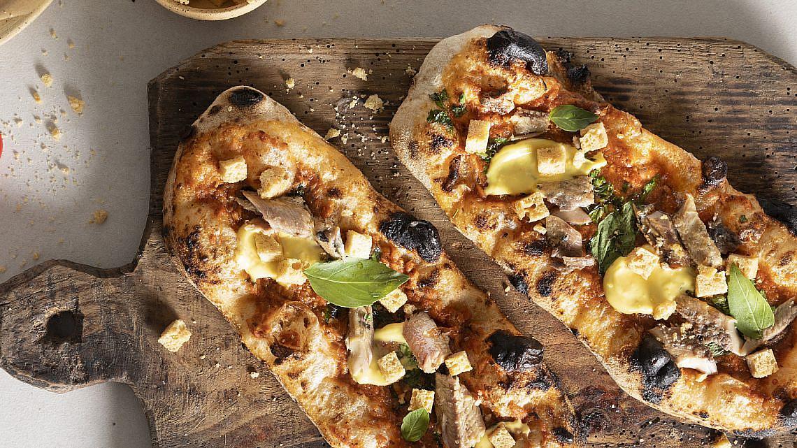 פיצה תבשיל דגים, רוי וקרוטונים של עידו פיינר. צילום: דניאל לילה. סטיילינג: עמית פרבר