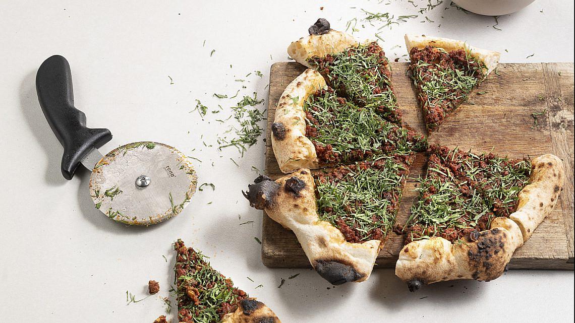 פיצה עם בולונז טלה של עידו פיינר. צילום: דניאל לילה. סטיילינג: עמית פרבר