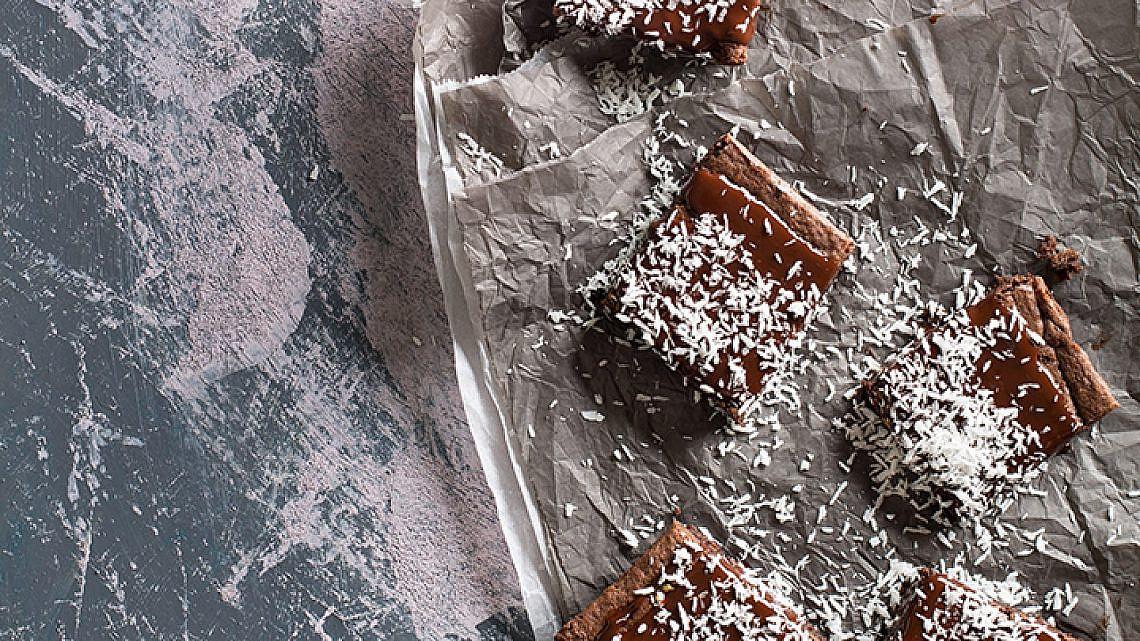 בראוניז שוקולד, קוקוס ושקדים. צילום: בועז לביא