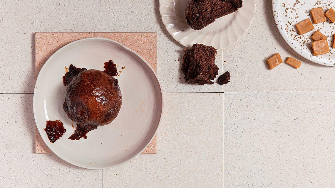 לחמניות שוקולד וטופי קרמל של ליאור משיח. צילום: טל סיון ציפורן. סטיילינג: דיאנה לינדר