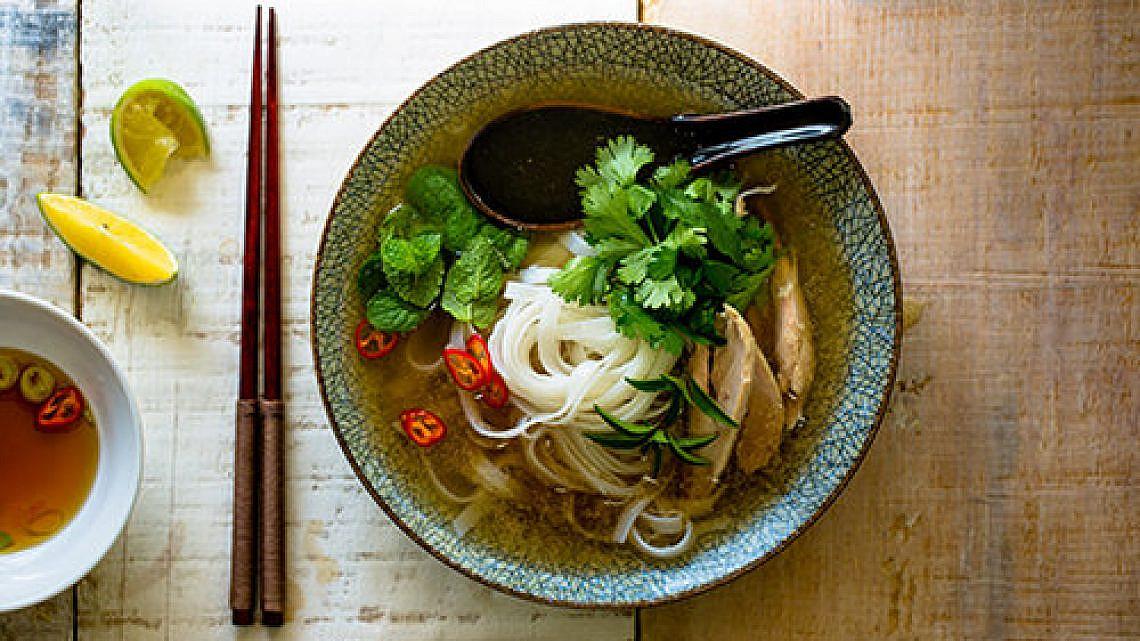פו ויטנאמי עם אטריות אורז   צילום: זוהר רון   סטיילינג: עמית פרבר