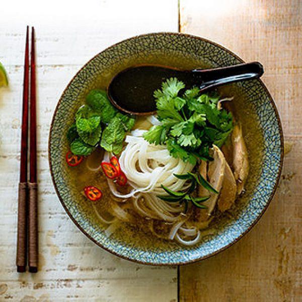 פו ויטנאמי עם אטריות אורז | צילום: זוהר רון | סטיילינג: עמית פרבר