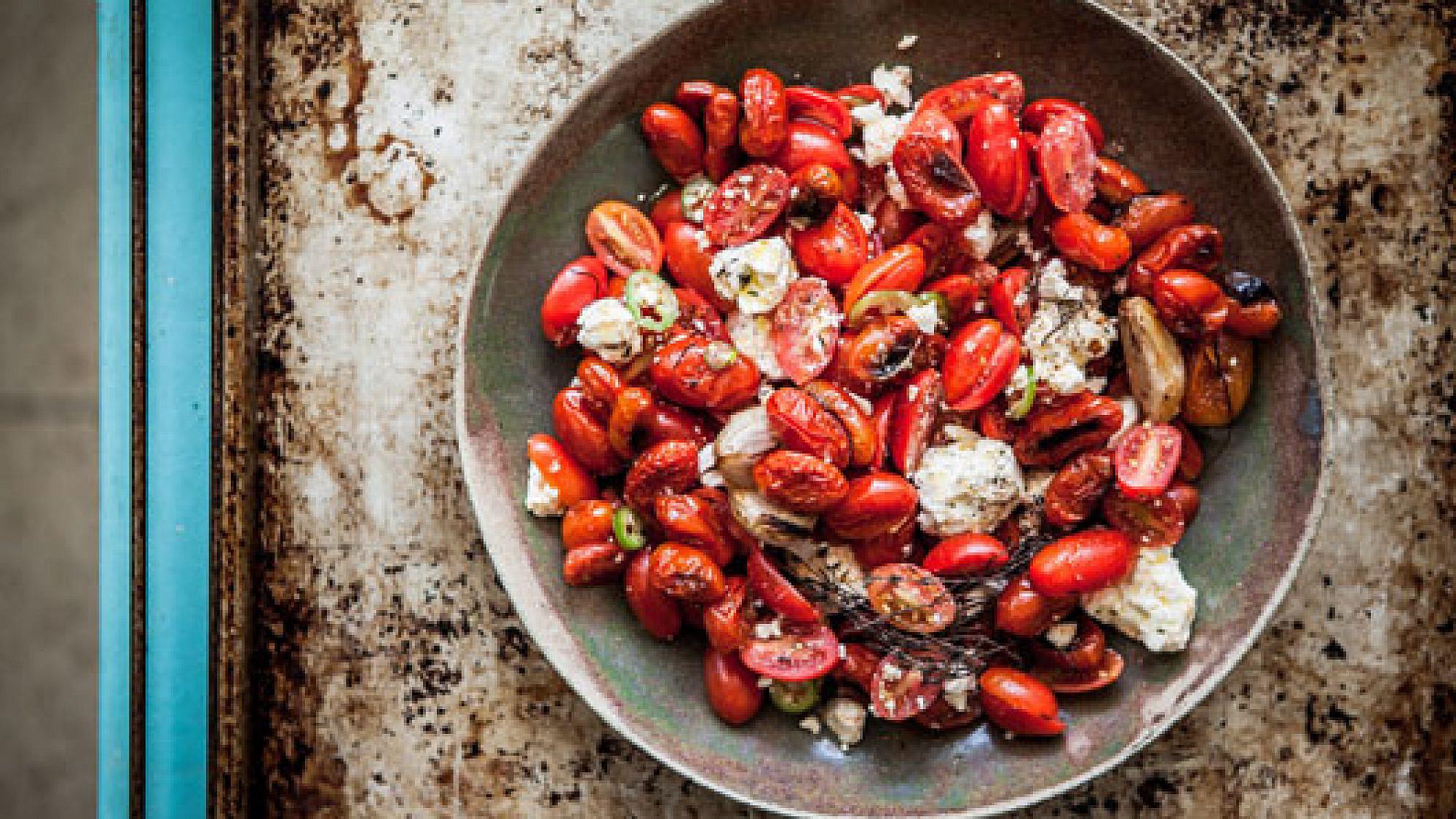 סלט עגבניות שרי ופטה של רותי רוסו. צילום: זוהר רון