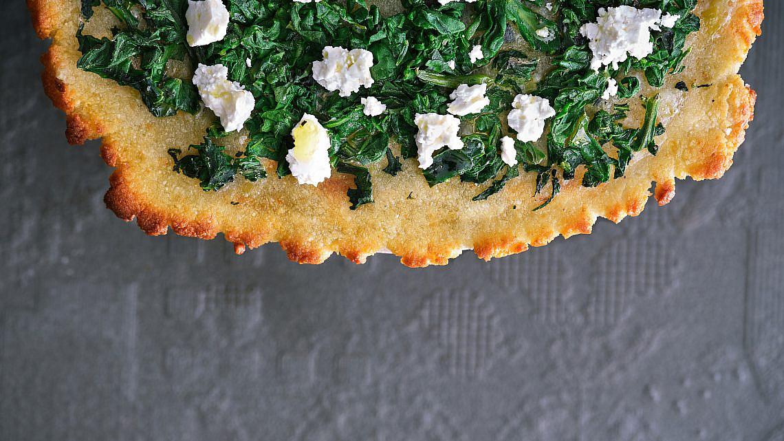 פיצה טפיוקה עם תרד ופטה של בת חן דיאמנט. צילום: אנטולי מיכאלו. סטיילינג: ענת לבל