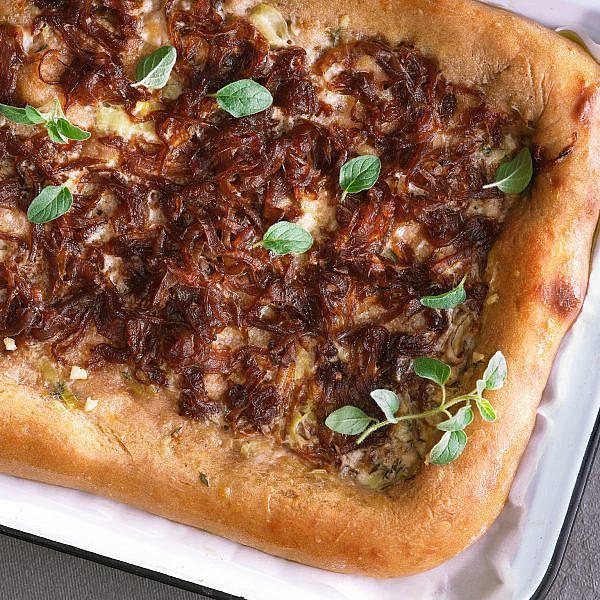 פיצה טורטייה כוסמין עם ריבת בצל של בת חן דיאמנט. צילום: אנטולי מיכאלו. סטיילינג: ענת לבל