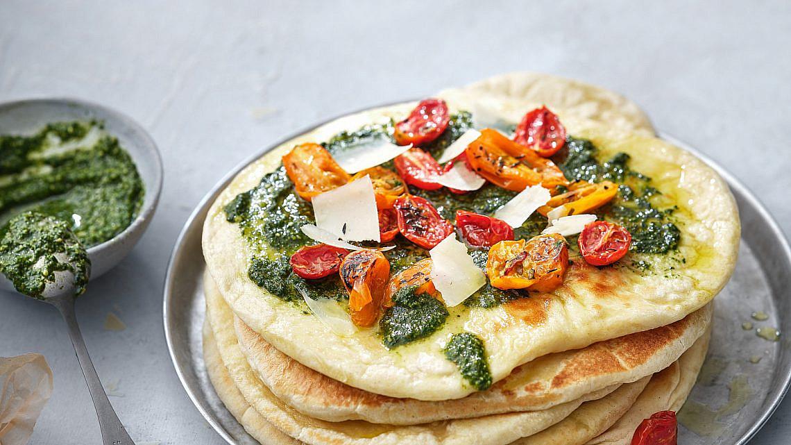 פיצה נאן עם פסטו, עגבניות ופרמזן של בת חן דיאמנט. צילום: אנטולי מיכאלו. סטיילינג: ענת לבל