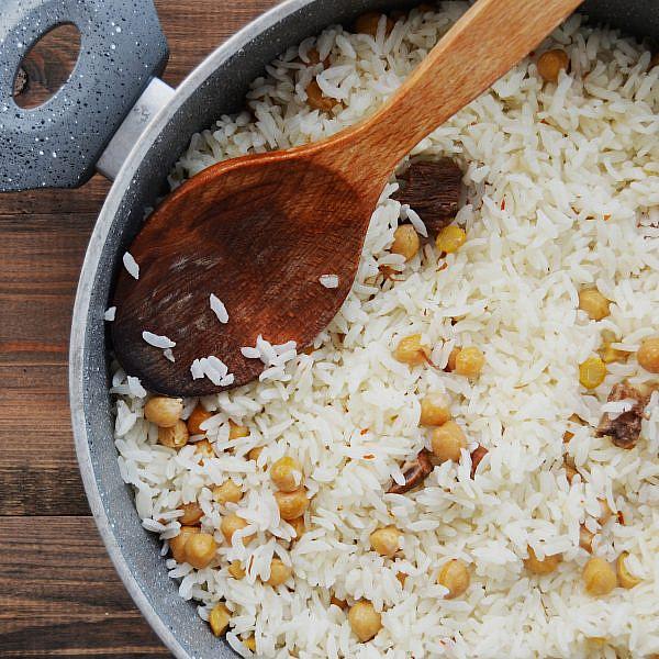 סירקניז – תבשיל אורז, בשר וחומוס. צילום: shutterstock