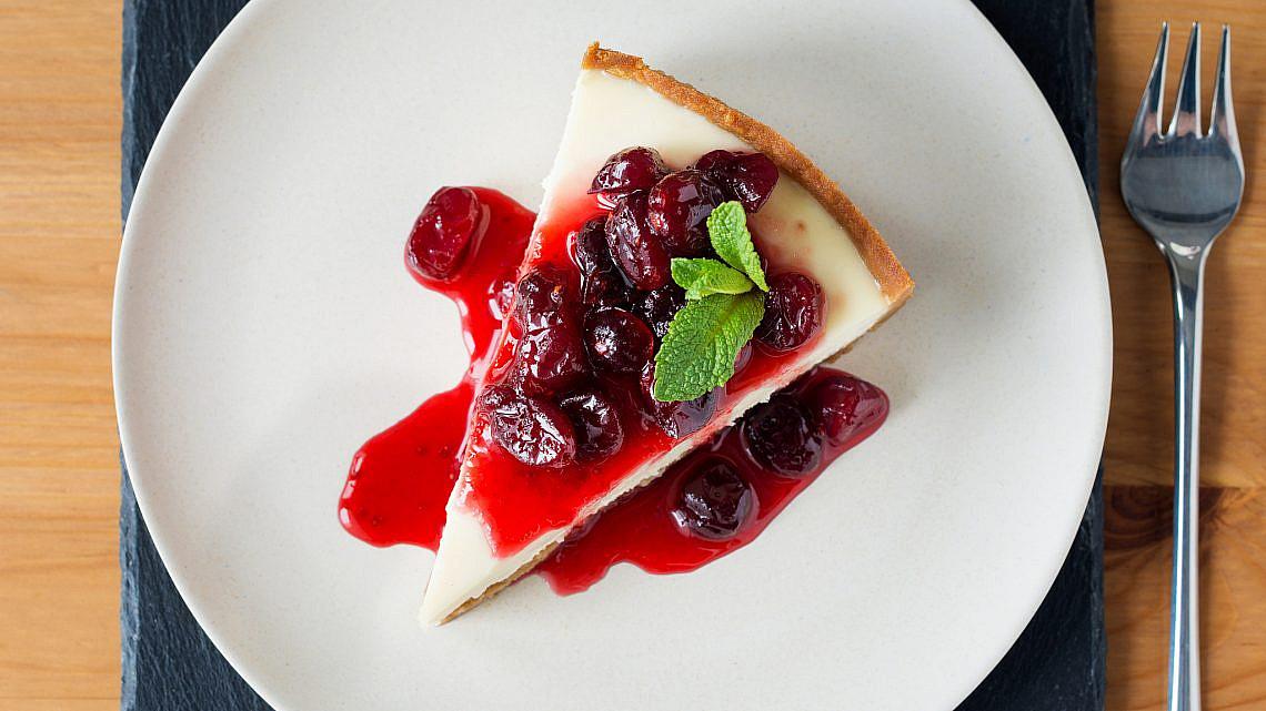 עוגת שקדים, ריקוטה ופירות יער. צילום: shutterstock
