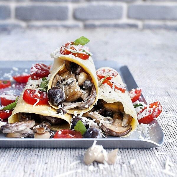 סוקה ממולאת בפטריות, אגוזי מלך ופקורינו של סבינה ולדמן. צילום: גל בן זאב   סגנון: אוריה גבע
