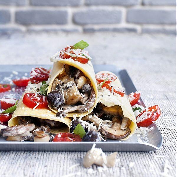 סוקה ממולאת בפטריות, אגוזי מלך ופקורינו של סבינה ולדמן. צילום: גל בן זאב | סגנון: אוריה גבע