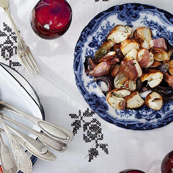 סלט תפוחי אדמה, בצלים סגולים וחזה אווז מעושן על הגריל של יוסי שרף. צילום: דניאל לילה . סטיילינג: עמית פרבר