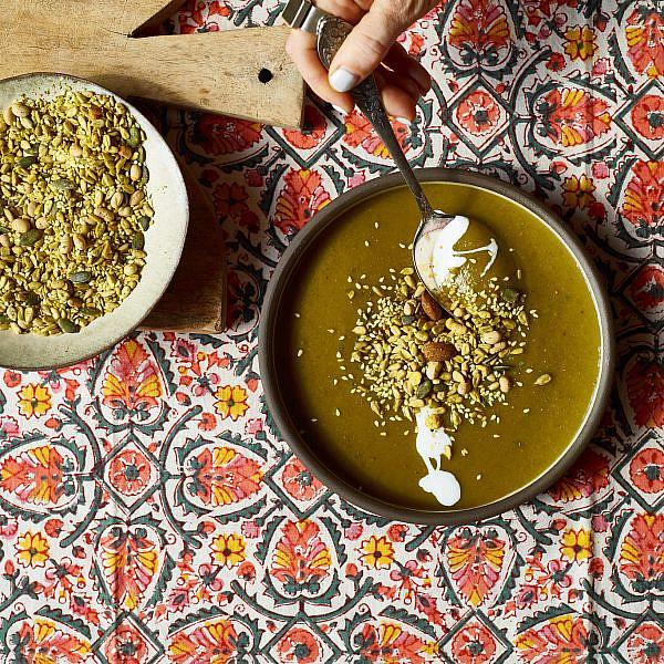 מרק אפונה, עלי צנונית ולימון פרסי של מיכל חביביאן. צילום: דור קדמי