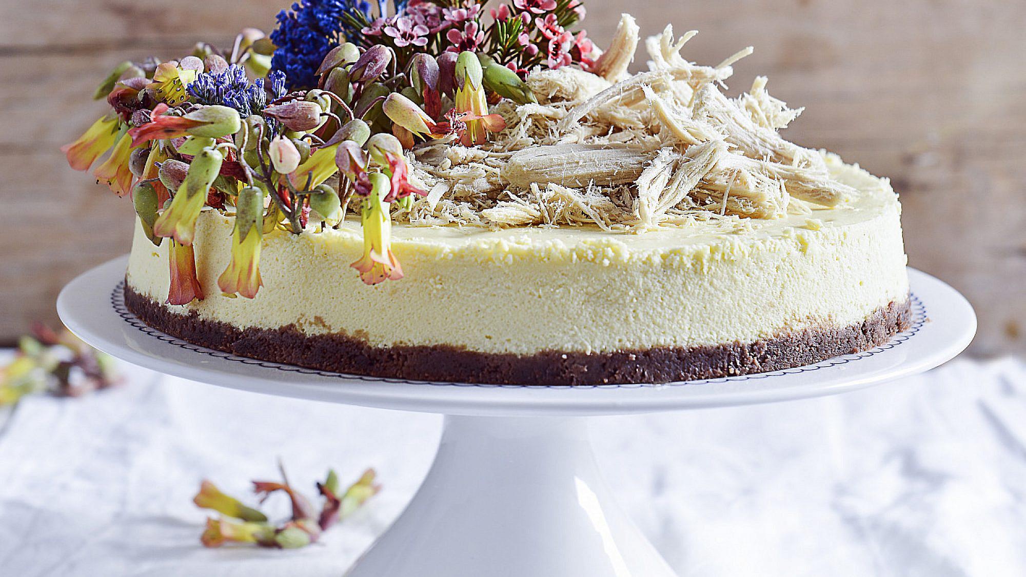 עוגת גבינה קרמלית עם כתר חלבה של רות אוליבר | צילום: בן יוסטר | סגנון: טליה גון אסיף