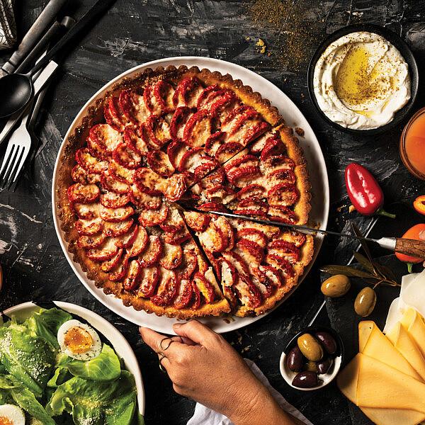 טארט עגבניות ופרמזן של שף עידן רובין, המחלבה מבית יצחק בשיתוף מסעדת בנדיקט. צילום: נעם פריסמן סטיילינג: ענת לובל
