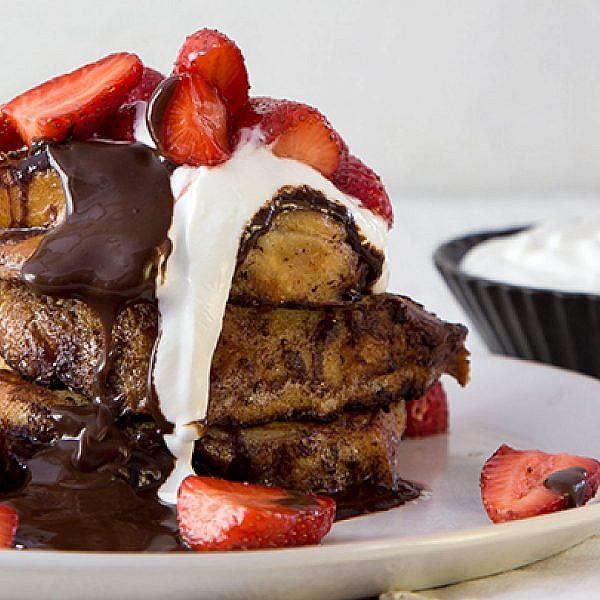 פרנץ' טוסט ממולא בשוקולד, עם תותים ושמנת חמוצה. צילום: סטודיו דן לב