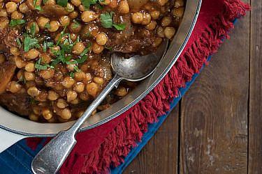 תבשיל אלג׳יראי של בשר ראש וגרגרי חומוס | צילום: נמרוד סונדרס | סטיילינג: דלית מרחב