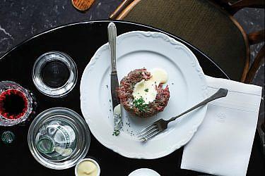 טרטר בלגי ברוטב הולָנְדֶז של שף יאיר יוספי | צילום: דן פרץ | סגנון: עמית פרבר