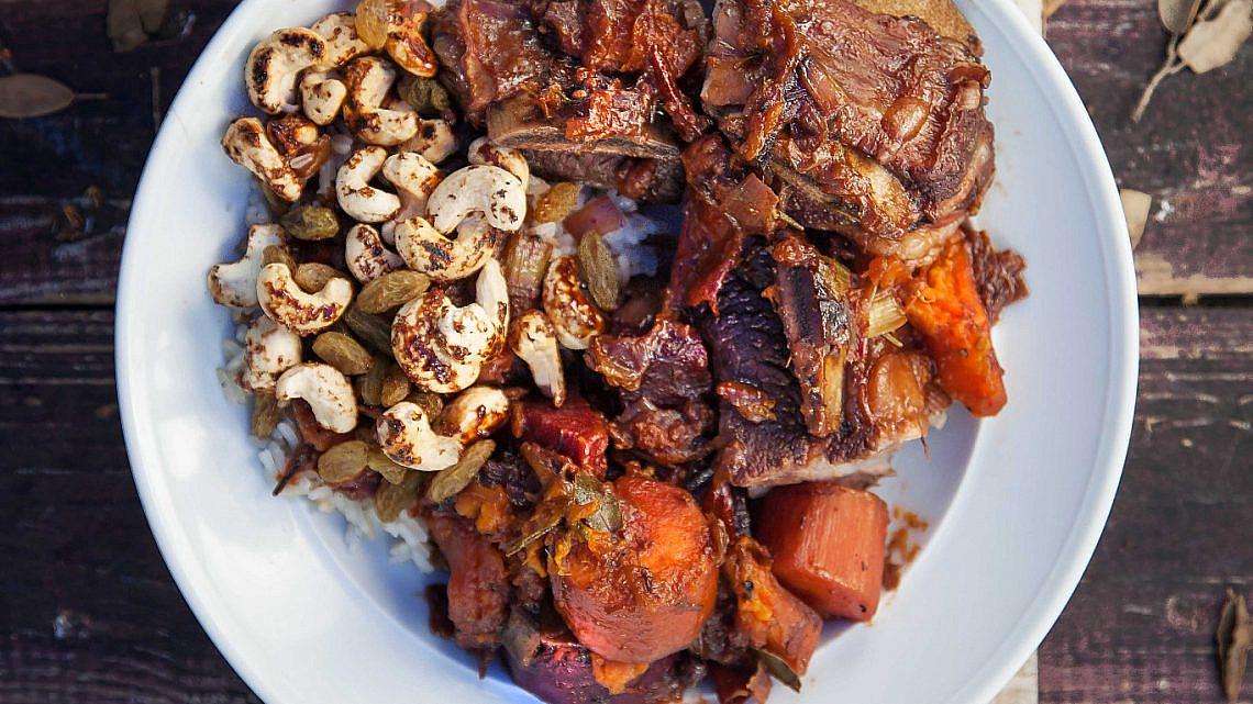 פויקה חגיגי של בקר, ירקות שורש ופירות מיובשים. צילום: דניאל לילה