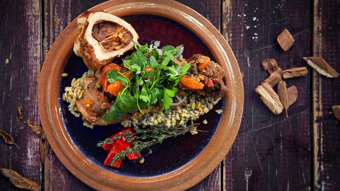 אסאדו עם ירקות שורש על מצע פריקה. צילום: דניאל לילה