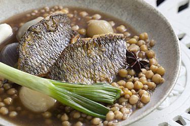מוגרביה דג-פילה מושט עם מפתול, גרגרי חומוס וציר דגים של אביגיל אהרון. צילום: דניאל לילה