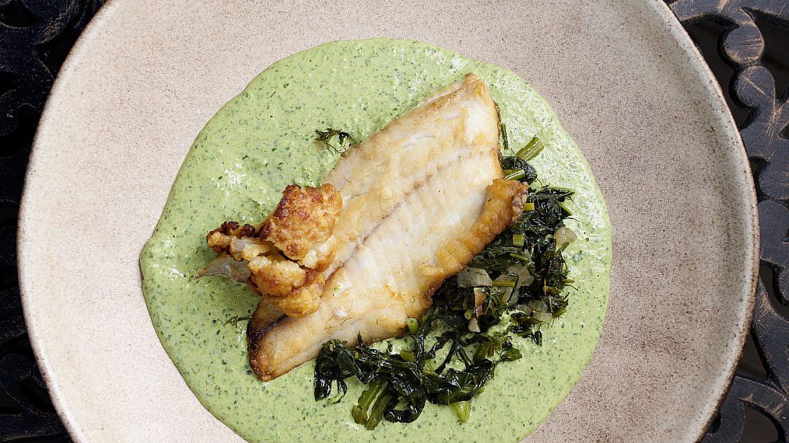 פילה מושט עם תבשיל חוביזה וטחינה ירוקה של זוזו חנא. צילום: דניאל לילה