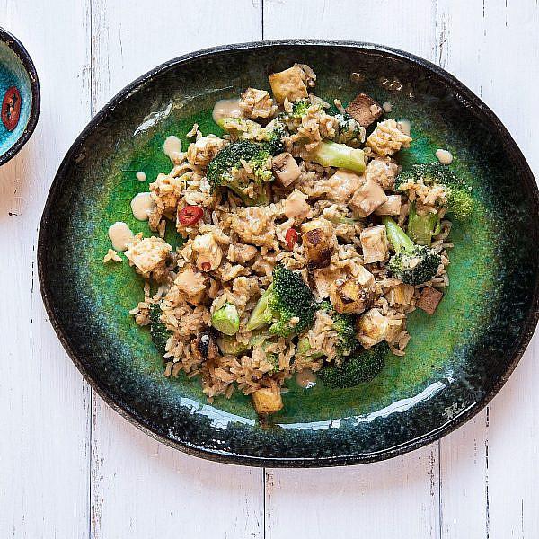 אורז מלא מוקפץ עם טופו וירקות. צילום: שרית גופן. סטיילינג: אינה גוטמן