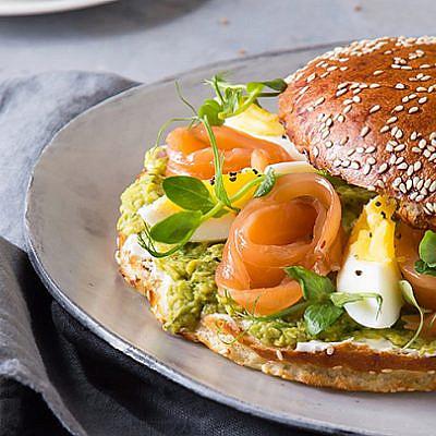 בייגל סלמון עם גבינת בורסאן, גרבדלקס וביצים חצי קשות | צילום: שרית גופן | סטיילינג: תמי סגל