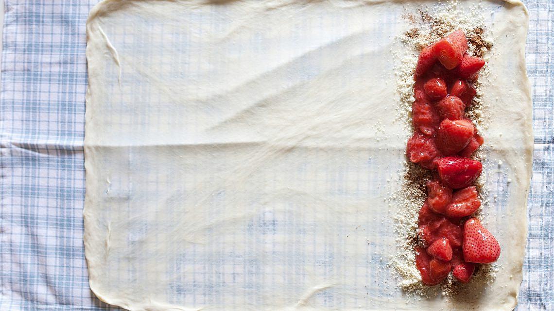 שטרודל תותים של מיכל בוטון ודורון דרומי. צילום: דניאל לילה. סגנון: עמית פרבר