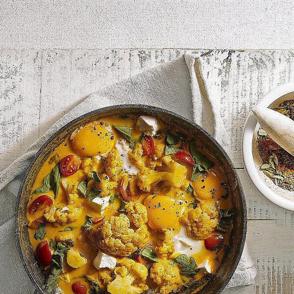 מחבת ירקות, גבינה וביצים בגראם מסאלה של אורלי פלאי-ברונשטיין | צילום: רונן מנגן | סגנון: עמית פרבר