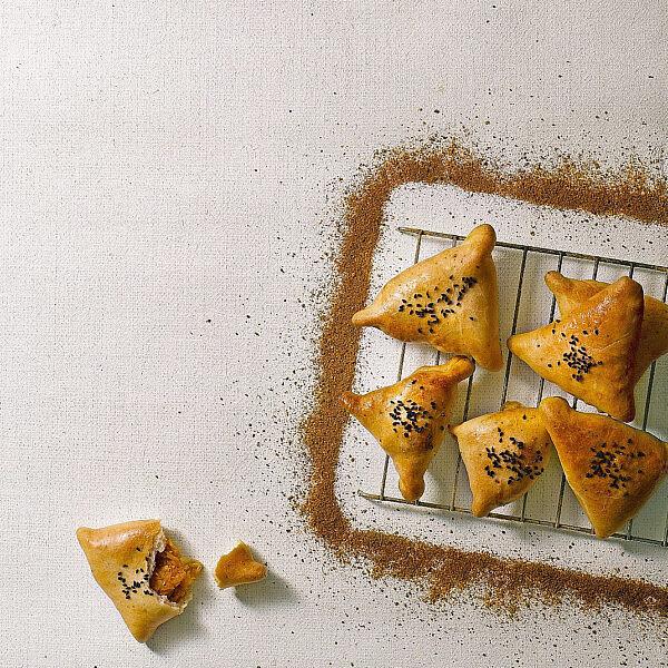 ביצ'ק - כיסני בצק בוכריים ממולאים בדלעת של אורלי פלאי-ברונשטיין | צילום: רונן מנגן | סגנון: עמית פרבר